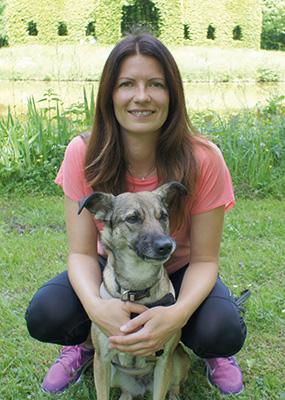 Jane mit Hündin Bella im Park