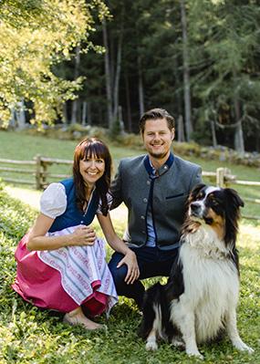 Wanderhotel Vinschgerhof in Südtirol - die Inhaber mit Hund