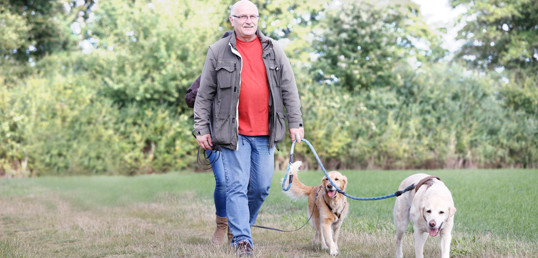 Arno Köster mit Tom bei Spaziergang