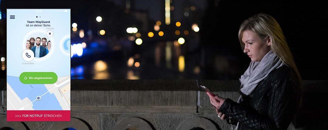 Frau läuft mit Blick auf ihr Smartphone bei Nacht durch beleuchtete Stadt