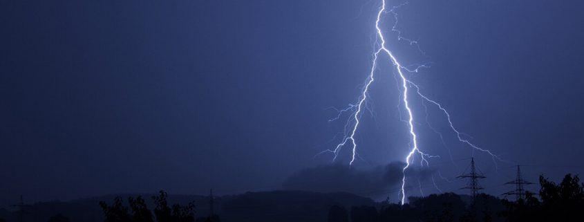 Blitz am dunklen Gewitterhimmel