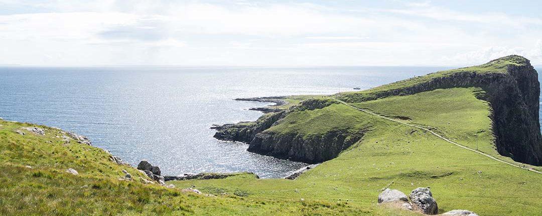 Aussicht auf schottische begrünte Küstenklippen