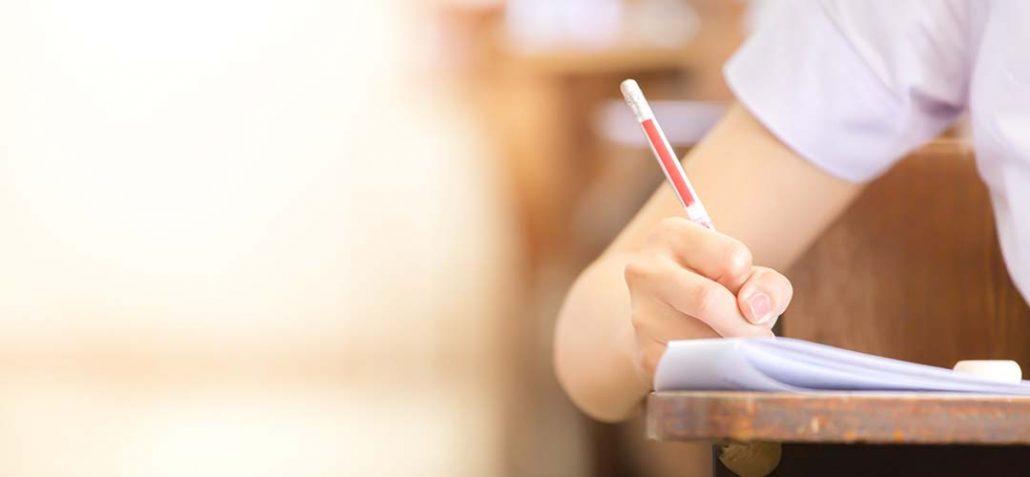 Frau schreibt eine Prüfung