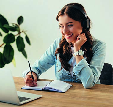 Virtuelles Klassenzimmer - Junge Frau lernt online im Seminar