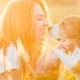 Junge Frau sitzt im sonnenüberfluteten Feld mit ihrem Hunde