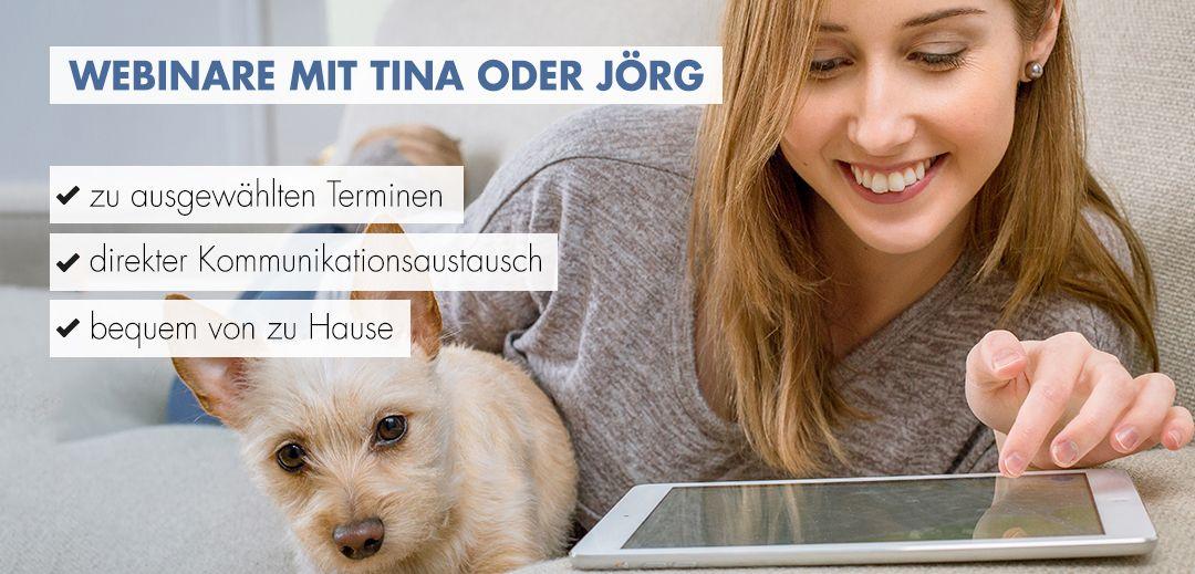 Webinare mit Tina oder jörg Frau mit Hund auf dem Sofa vor dem Tablet